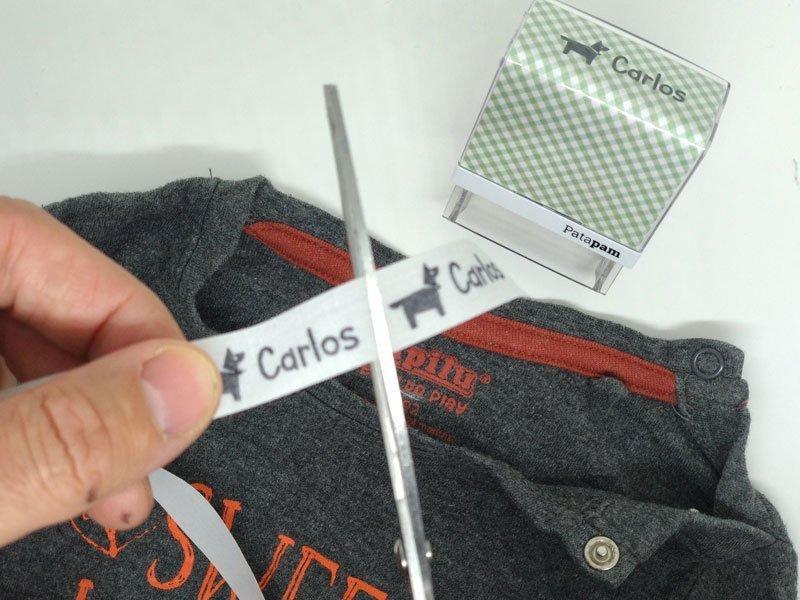marcar la ropa oscura con los sellos
